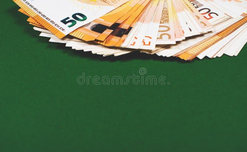 Pięćdziesiąt euro notatek na zielonym tle fotografia stock
