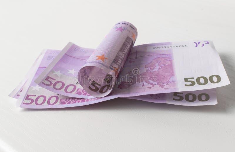 Pięćset Euro rachunek w falowym kształcie z pieniądze klamerką fotografia royalty free