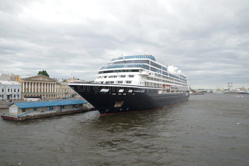 Pięciogwiazdkowy statku wycieczkowego Azamara poszukiwanie przy Angielskiego bulwaru Czerwa chmurnym dniem saint petersburg zdjęcie royalty free
