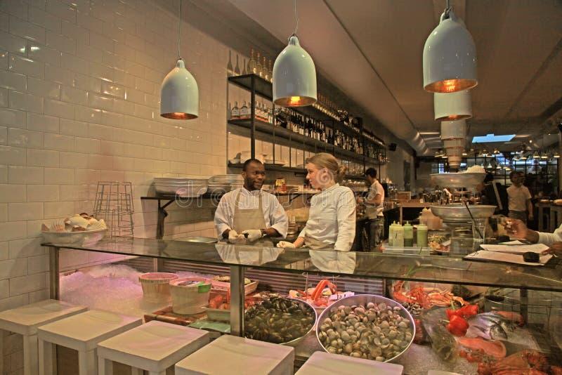 Pięcioliniowa pozycja przy kontuarem nowożytna owoce morza kawiarnia w Amsterda zdjęcia stock