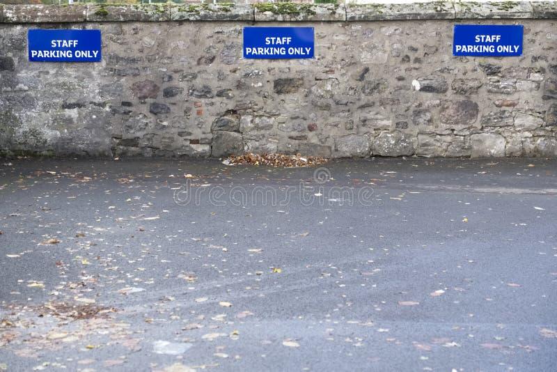 Pięcioliniowy parking tylko podpisuje wewnątrz parking samochodowego fotografia stock