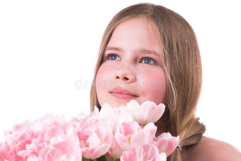 piękną dziewczynę małe różowe tulipanów fotografia stock