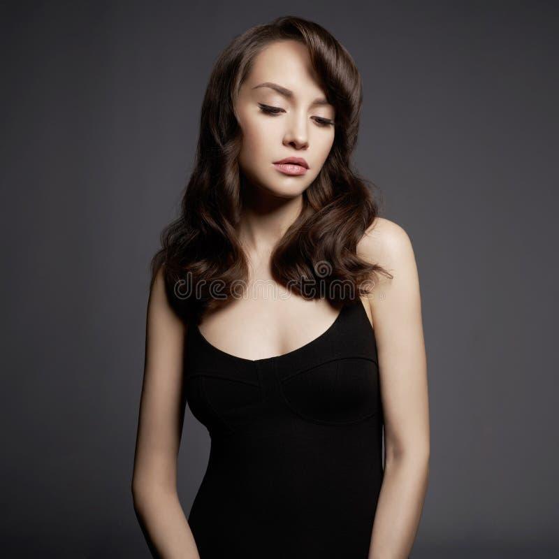 piękną seksownej kobiety czerni sukience Portret młoda dama fotografia stock