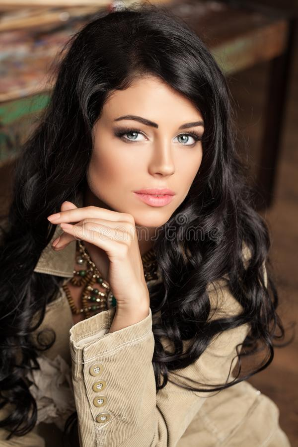 piękną twarz Brunetki młodej kobiety portret obraz stock