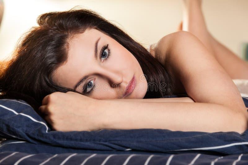 piękna łóżkowa sypialna kobieta zdjęcie stock