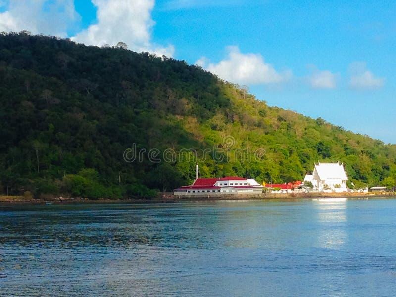 Piękna łódź rybacka i biała świątynia przy górą rzeka przy Laem Śpiewamy, Chanthaburi, Tajlandia obraz royalty free