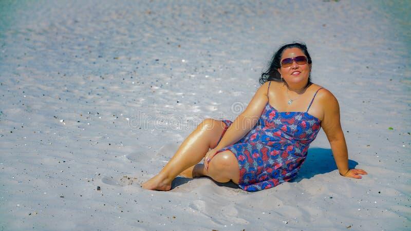 Piękna łacińska kobieta z długim czarni włosy w błękitnej sukni z szczegółami w czerwieni fotografia stock