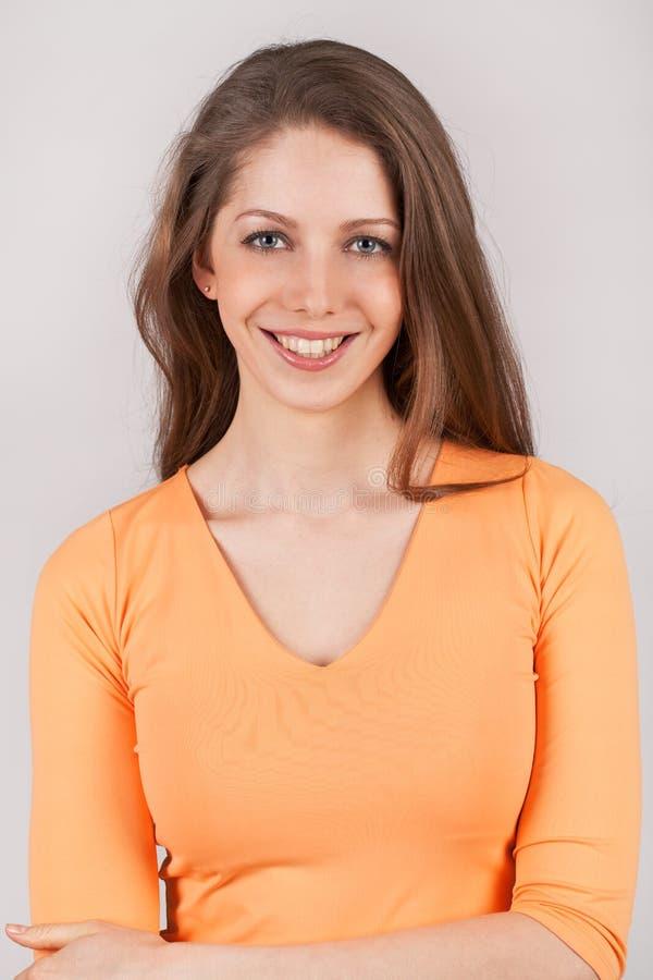 Ładna kobieta w pomarańczowej koszula zdjęcie royalty free