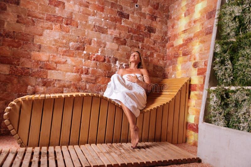 Piękna ładna młoda kobieta czuje bardzo relaksujący obrazy royalty free
