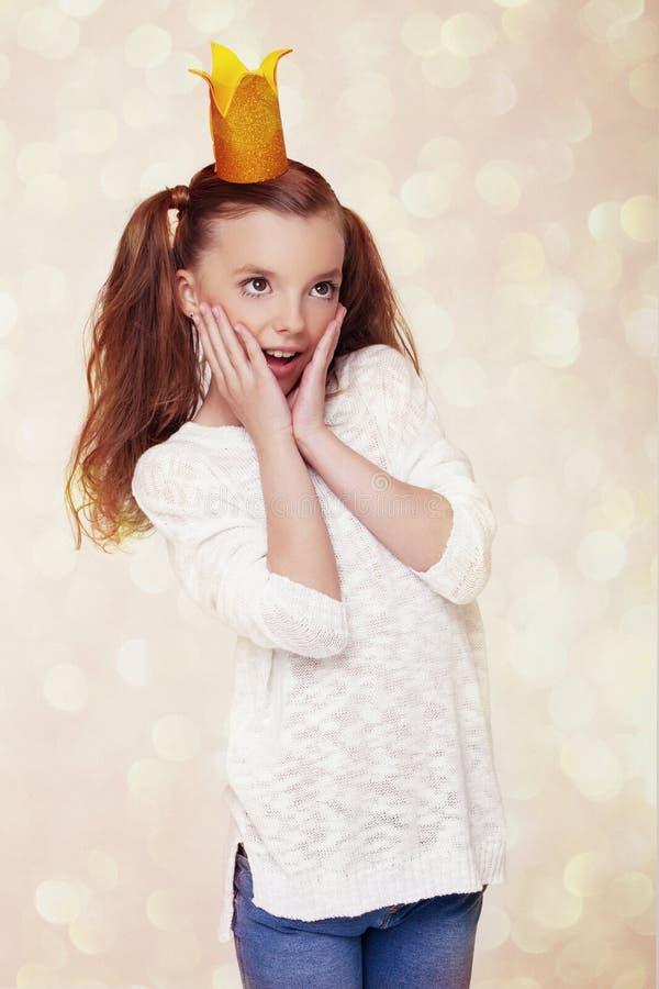 Piękna śliczna mała princess dziewczyna z koroną zdjęcia royalty free
