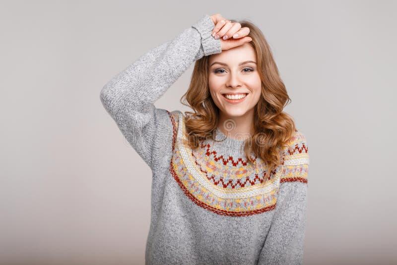 Piękna śmieszna szczęśliwa dziewczyna z powabnym uśmiechem zdjęcie stock