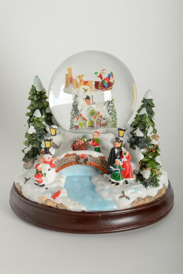 Piękna śnieżna kula ziemska z Bożenarodzeniowymi dekoracjami zdjęcie royalty free