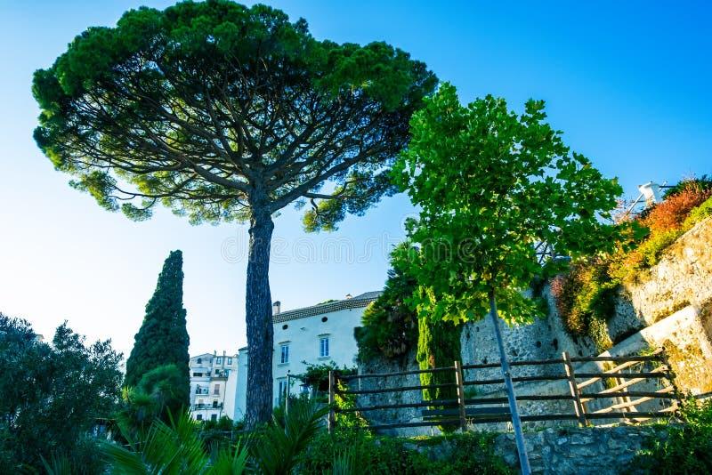 Piękna śródziemnomorska stara wioska przy zmierzchem, Amalfi Włochy wybrzeże obrazy stock