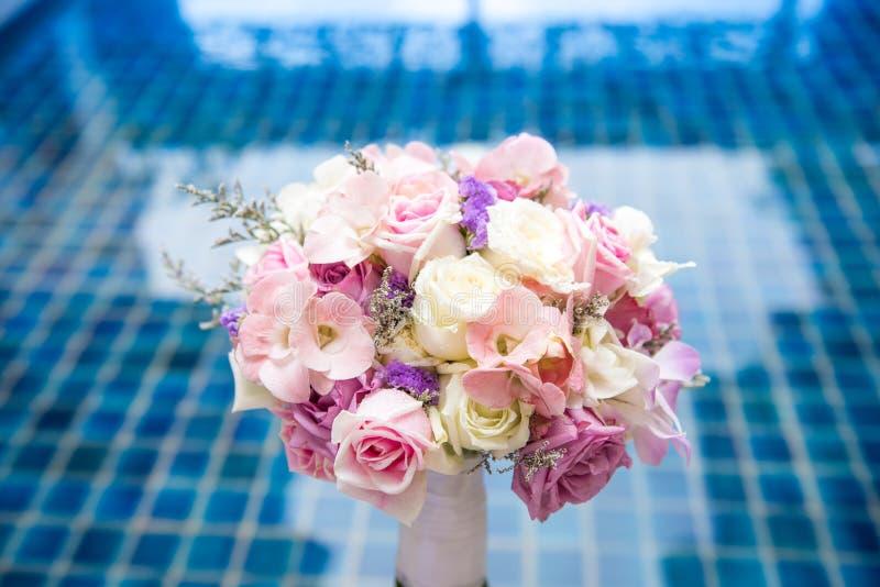 Piękna świeża ślubna wiązka różowy lily purpurowy biel i vio obraz stock