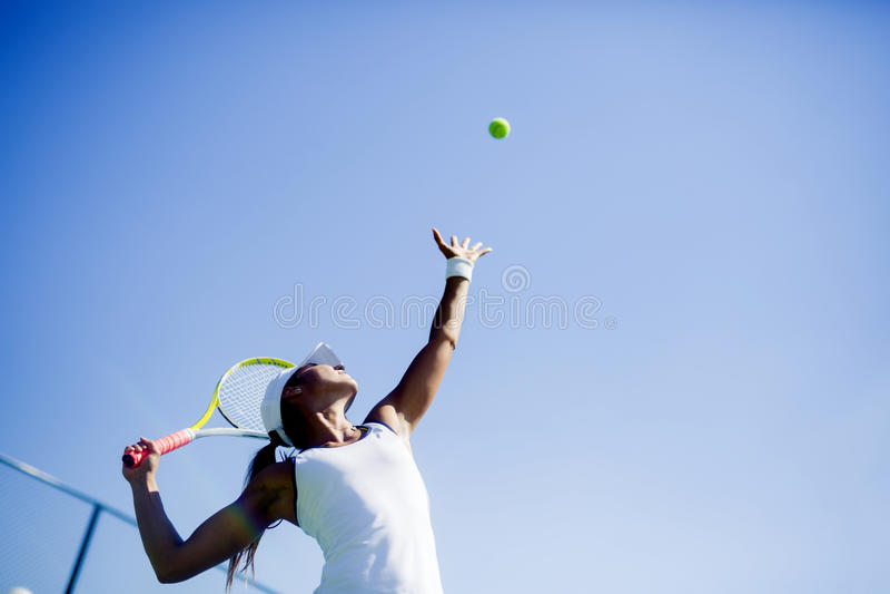 Piękna żeńska gracz w tenisa porcja obrazy royalty free