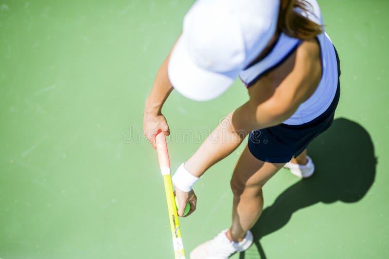 Piękna żeńska gracz w tenisa porcja obraz stock