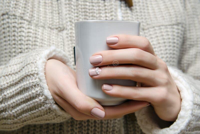 Piękna żeńska ręka z beżowym gwoździa projektem obrazy royalty free