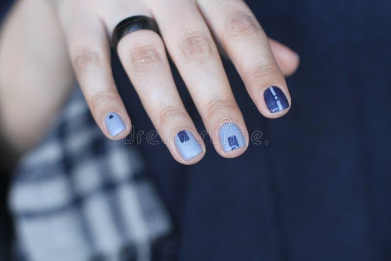 Piękna żeńska ręka z nadzwyczajnym manicure'em Kreatywnie gwoździa projekt w błękicie Ultra eleganccy kolory gwoździa połysk zdjęcia royalty free