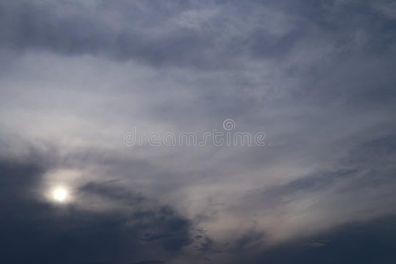 Piękna abstrakt chmura i jasny niebieskie niebo kształtujemy teren natury tapetę i tło zdjęcia stock