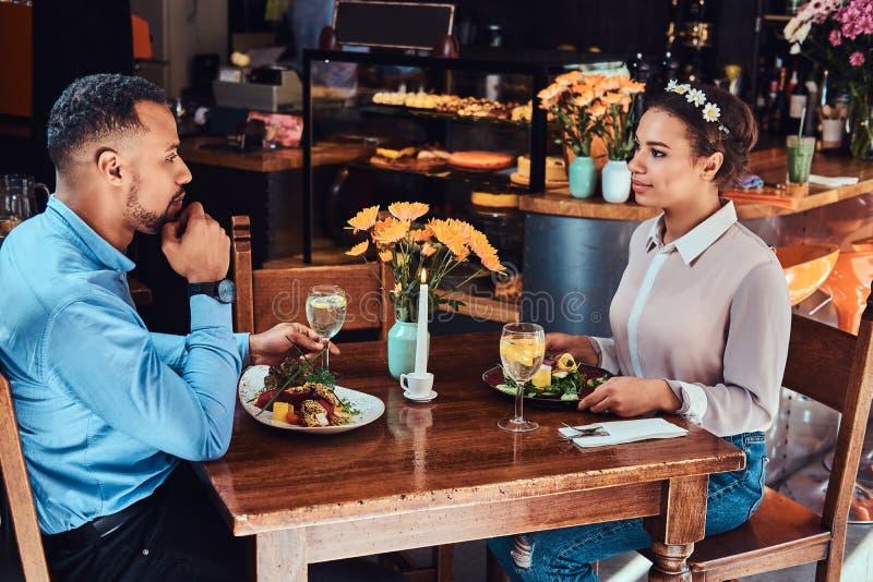 Piękna afroamerykańska para w miłości ma wielkiego czas przy ich datowanie wpólnie, atrakcyjny pary cieszyć się zdjęcie royalty free