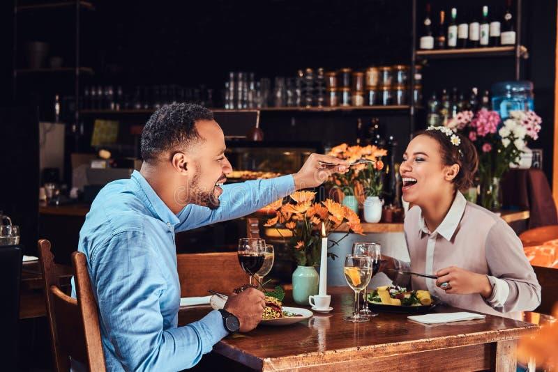 Piękna afroamerykańska para w miłości ma wielkiego czas przy ich datowanie wpólnie, atrakcyjny pary cieszyć się obraz stock