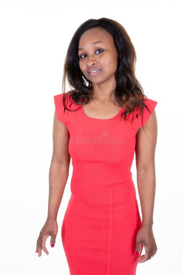 Piękna afrykańska dziewczyna uśmiecha się pozować w schudnięcie czerwieni dysponowanej sukni zdjęcie stock