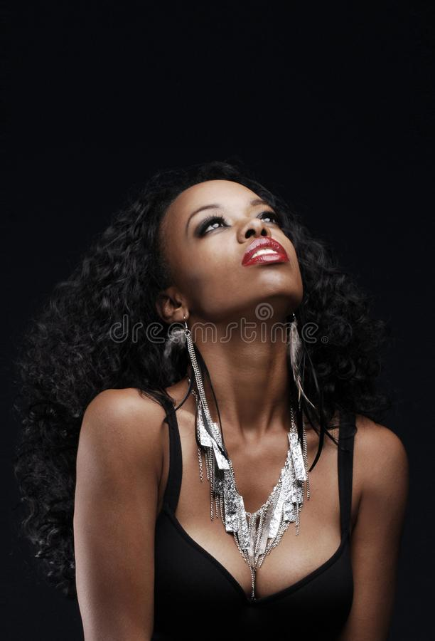 Piękna amerykanin afrykańskiego pochodzenia kobieta patrzeje upwards zdjęcie stock