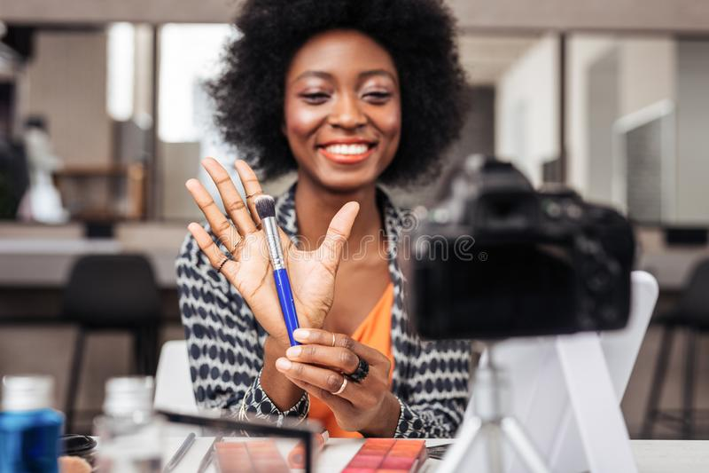 Piękna amerykanin afrykańskiego pochodzenia kobieta z jaskrawy pomadki czuć wspaniały obrazy stock