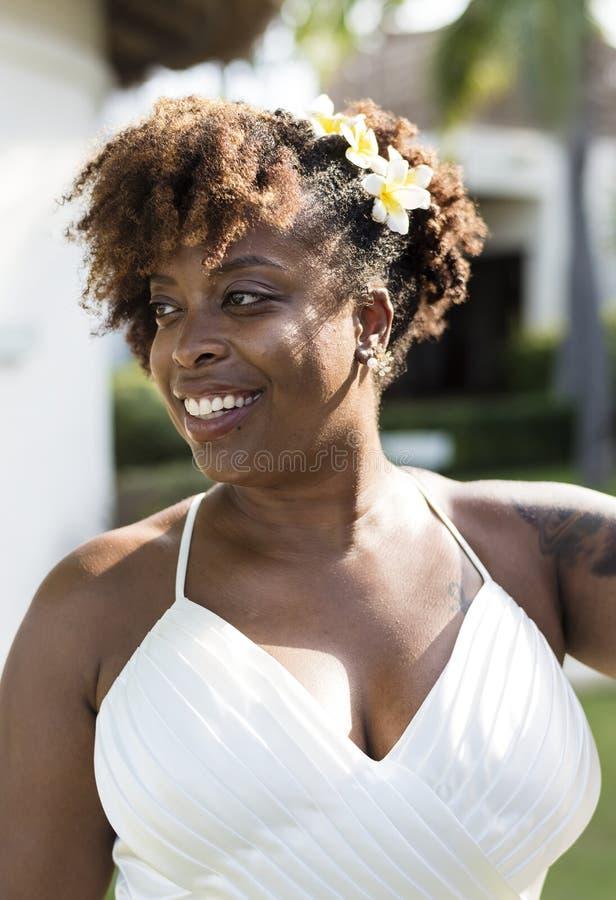 Piękna amerykanin afrykańskiego pochodzenia panna młoda z kwiecistą fryzurą zdjęcia stock
