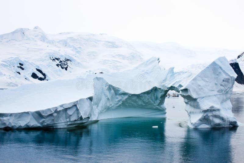 Piękna antarctic góra lodowa zdjęcia royalty free
