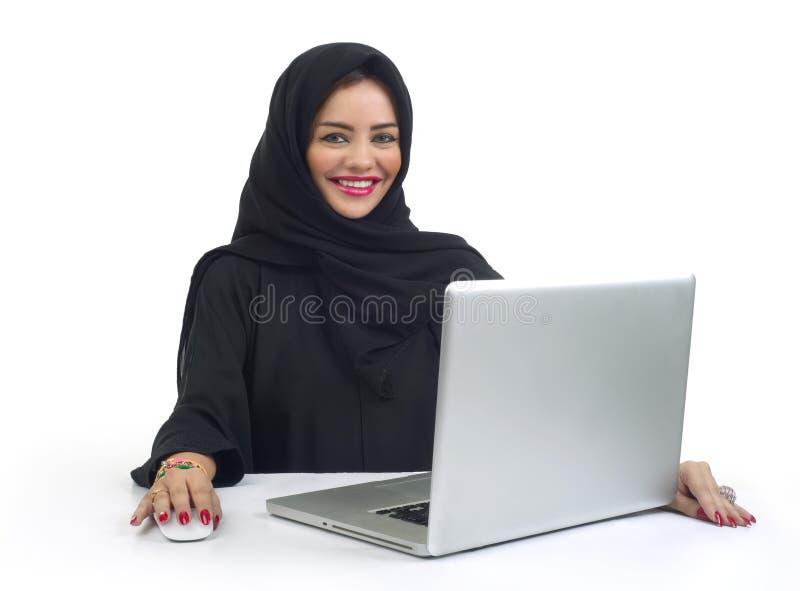Piękna Arabska biznesowa kobieta pracuje na jej laptopie