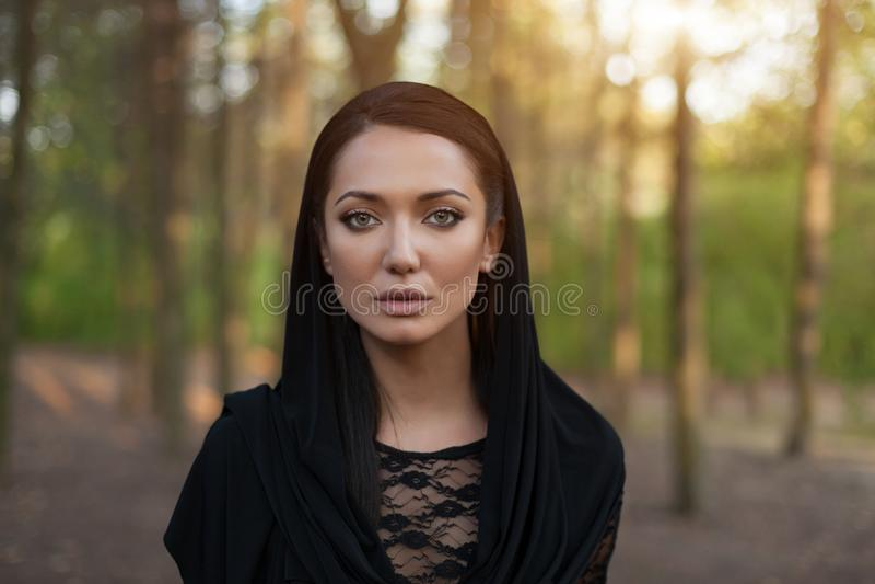 Piękna arabska kobieta jest ubranym czarnego szalika, tradycyjny muzułmański odziewa, opóźniony moda projekt, elegancki żeński po zdjęcie royalty free