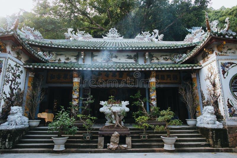 piękna architektura tradycyjny wietnamczyka budynek dekorujący z mozaikami i rzeźbami, Da zdjęcia royalty free