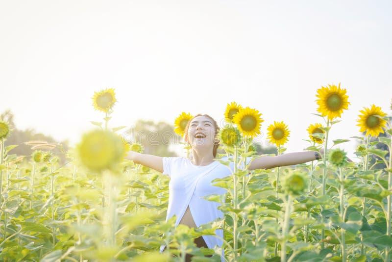 Piękna Azja kobieta cieszy się kwiaty w ogrodowy plenerowym przy krajem obrazy stock