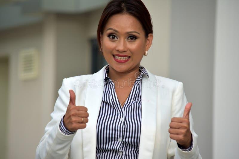 Piękna Azjatycka Biznesowa kobieta Z aprobatami zdjęcie royalty free