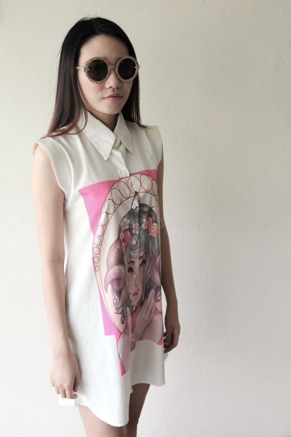 Piękna Azjatycka kobieta jest ubranym wielkich okulary przeciwsłonecznych obrazy stock