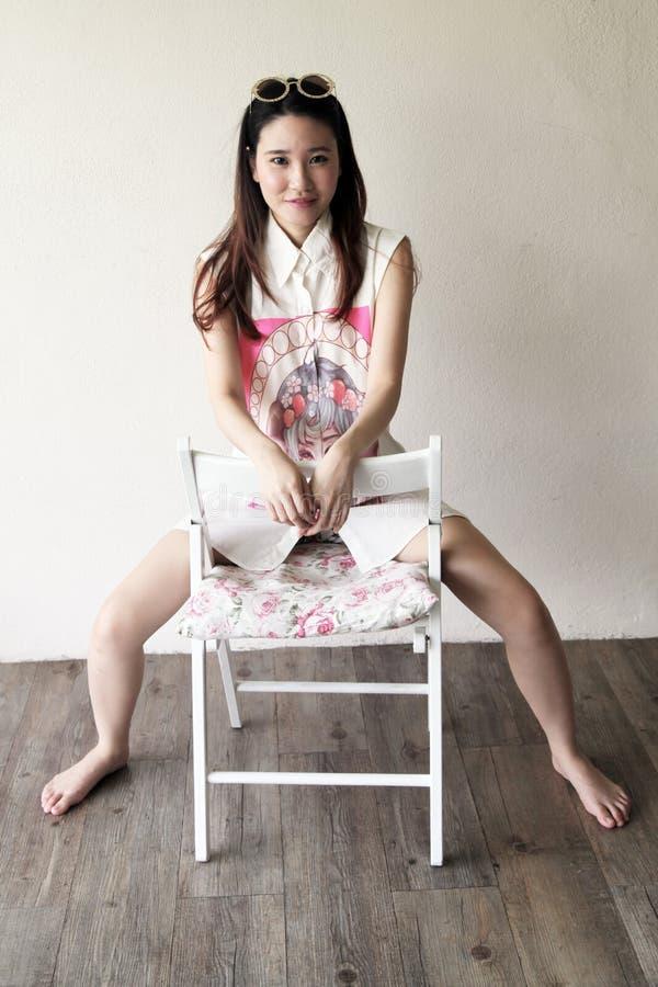 Piękna Azjatycka kobieta jest ubranym wielkich okulary przeciwsłonecznych obrazy royalty free