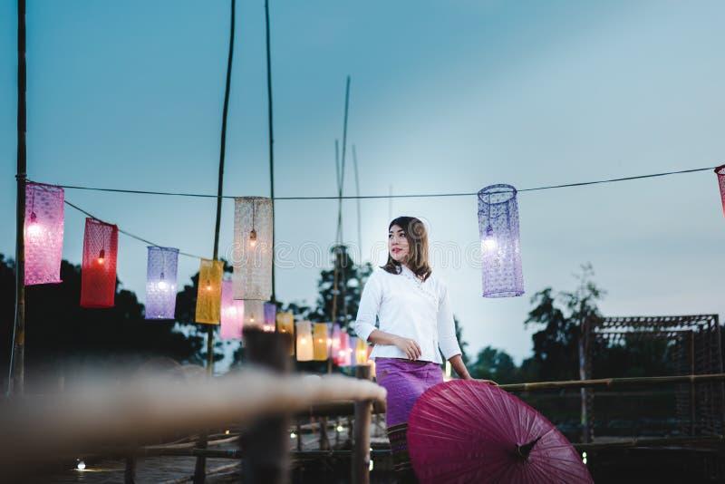 Piękna Azjatycka kobieta w miejscowy sukni mienia parasola standi zdjęcia stock