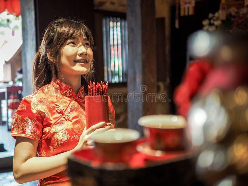 Piękna Azjatycka kobieta z tradycji ubraniowego mienia bambusową butlą Chi Chi Wtyka lub Chien Tung, Si, Chiński nowy rok fotografia stock