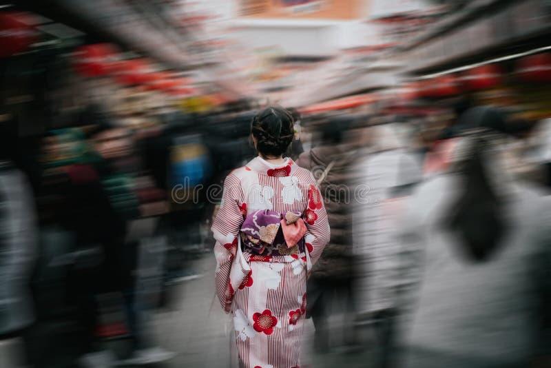Piękna azjatykcia dziewczyna jest ubranym tradycyjnego japońskiego kimono wśród S zdjęcia stock