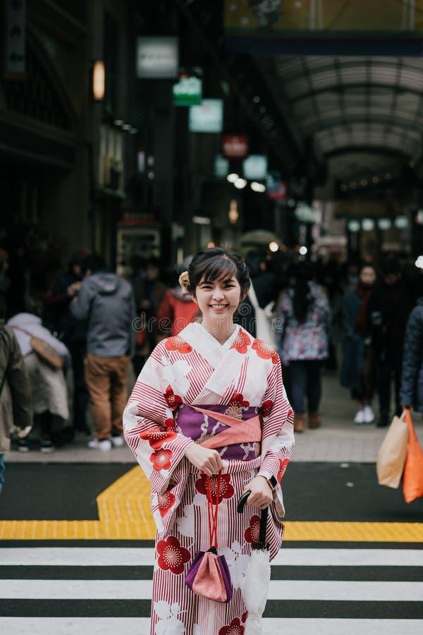 Piękna azjatykcia dziewczyna jest ubranym tradycyjnego japońskiego kimono w Asak fotografia royalty free