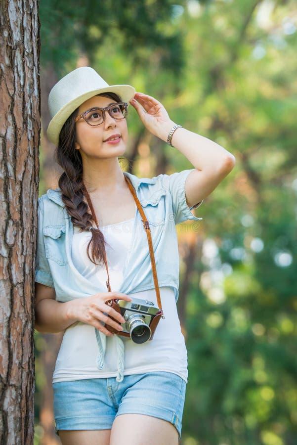Piękna azjatykcia dziewczyna ono uśmiecha się z retro kamerą fotografuje, ou zdjęcie royalty free