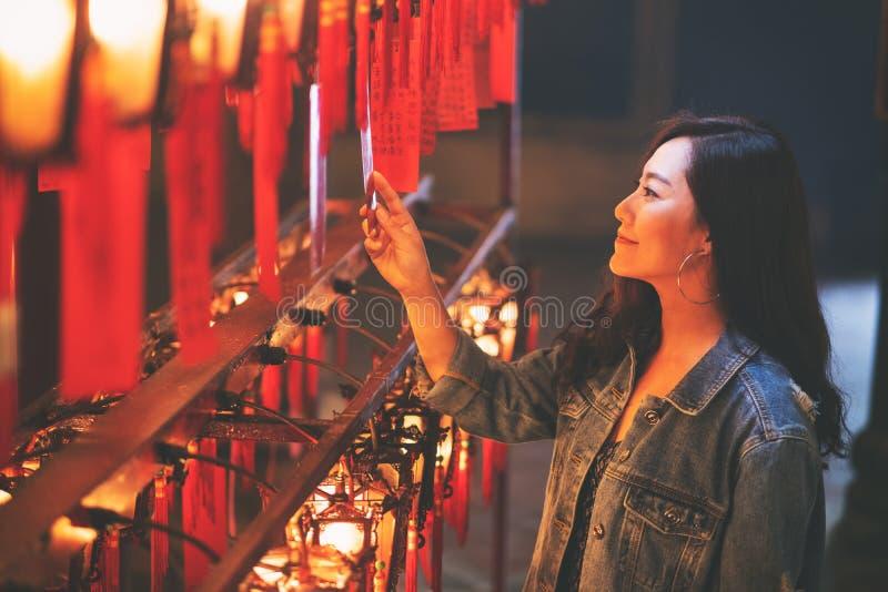 Piękna azjatykcia kobieta cieszył się patrzejący czerwone lampy i życzenia w Chińskiej świątyni obrazy royalty free