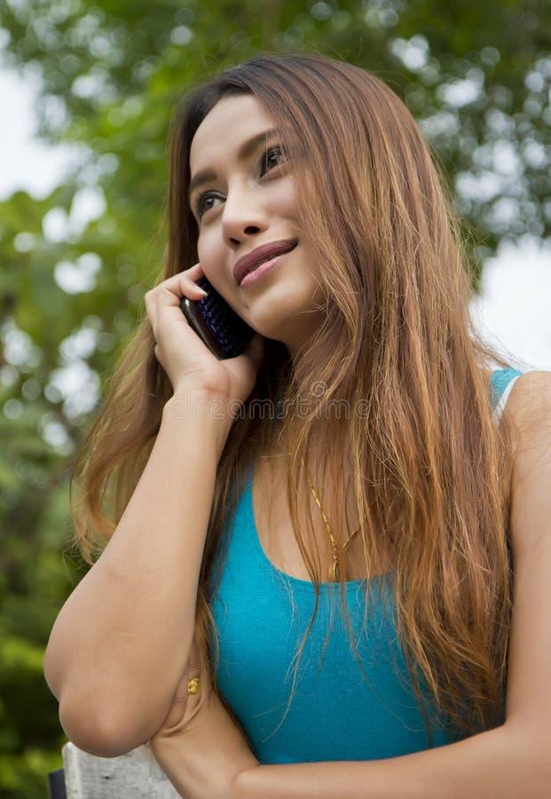 Piękna azjatykcia kobieta opowiada telefon. zdjęcia royalty free