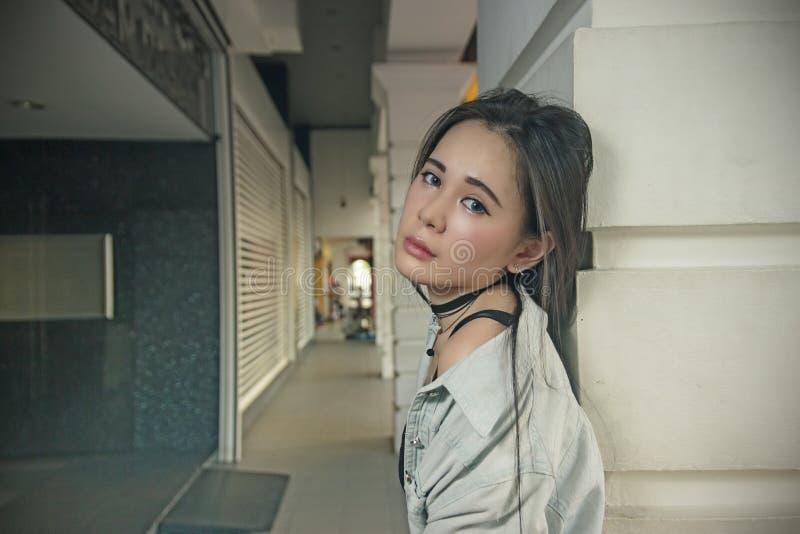 Piękna azjatykcia kobieta pozuje przy korytarzem zdjęcia royalty free