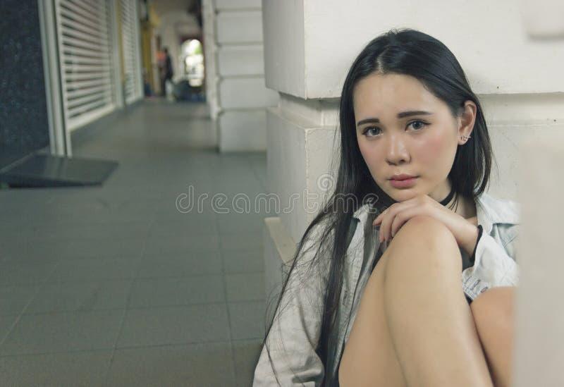 Piękna azjatykcia kobieta pozuje przy korytarzem obrazy stock