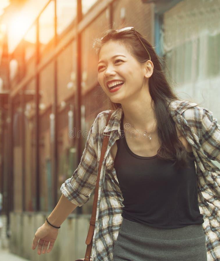 Piękna azjatykcia kobieta relaksuje z szczęście emocją w zakupy obrazy royalty free