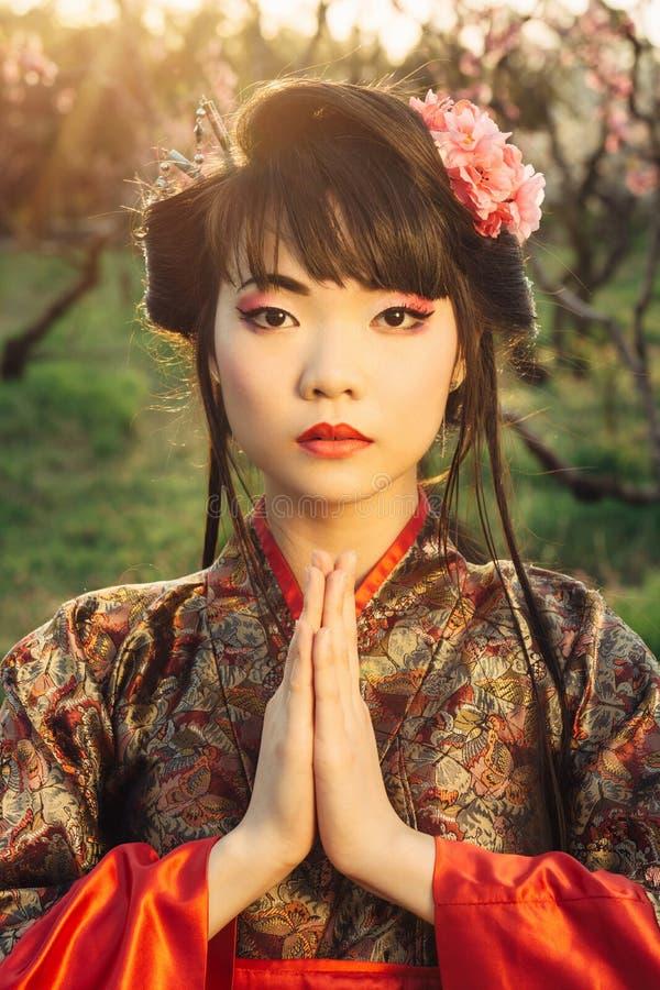 Piękna azjatykcia kobieta w Sakura okwitnięciu obrazy royalty free