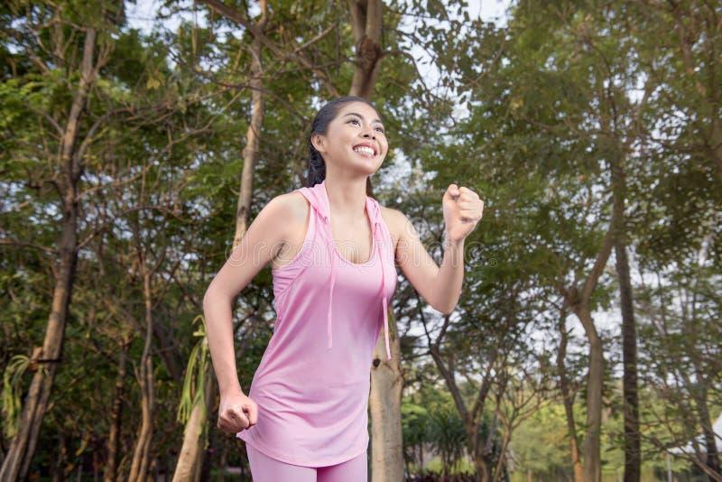 Piękna azjatykcia kobieta z sportswear bieg obraz royalty free
