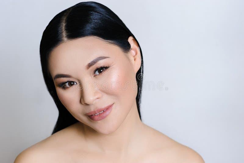 Pi?kna azjatykcia kobiety twarz z czyst? ?wie?? sk?r?, nagim makeup, kosmetologi?, opiek? zdrowotn?, pi?knem i zdrojem, obrazy royalty free